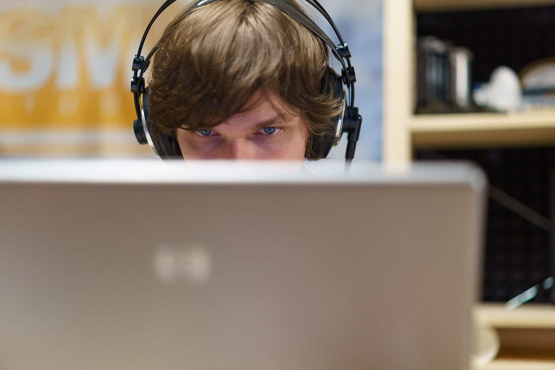 Малдер работает над звуками в HQ